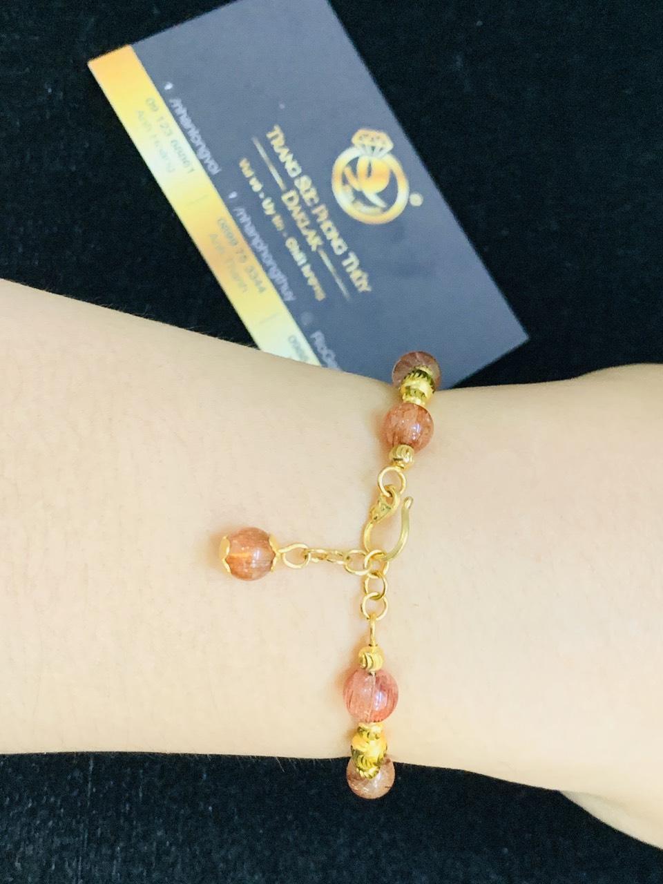 Lắc tay Thạch Anh tóc đỏ 8li mix vàng tạo điểm nhấn cho người đeo nhờ sự kết hợp giữa đá Thạch Anh và vàng 18K