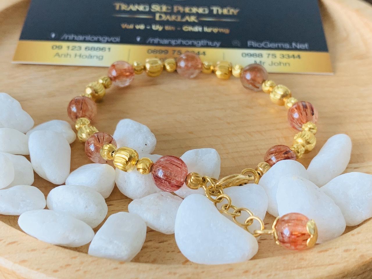 Lắc tay Thạch Anh tóc đỏ 8li mix vàng - Món trang sức phong thủy vừa độc đáo vừa bền bỉ