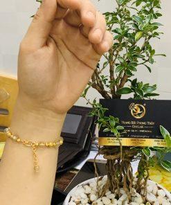 Lắc tay Thạch anh tóc vàng 8li mix vàng RIOGEMs được gia công, gọt giũa khéo léo bởi những người thợ tài hoa của RIOGEMs