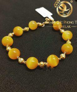 Lắc tay Thạch Anh vàng mix bi vàng phong thủy RIOGEMs với sắc vàng rực rỡ như ánh mặt trời tô sắc cho người đeo luôn rạng ngời và tỏa sáng