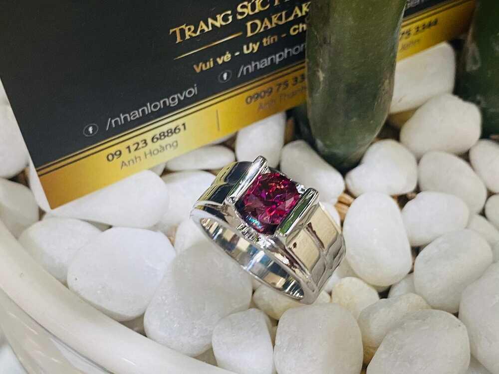Nhẫn nam vàng trắng đính Cz đỏ (vàng 18K, đeo ngón Út) tài lộc