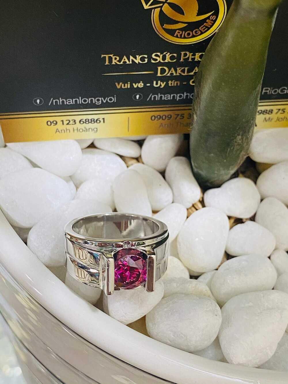 Nhẫn nam vàng trắng đính Cz đỏ (vàng 18K, đeo ngón Út) độc lạ