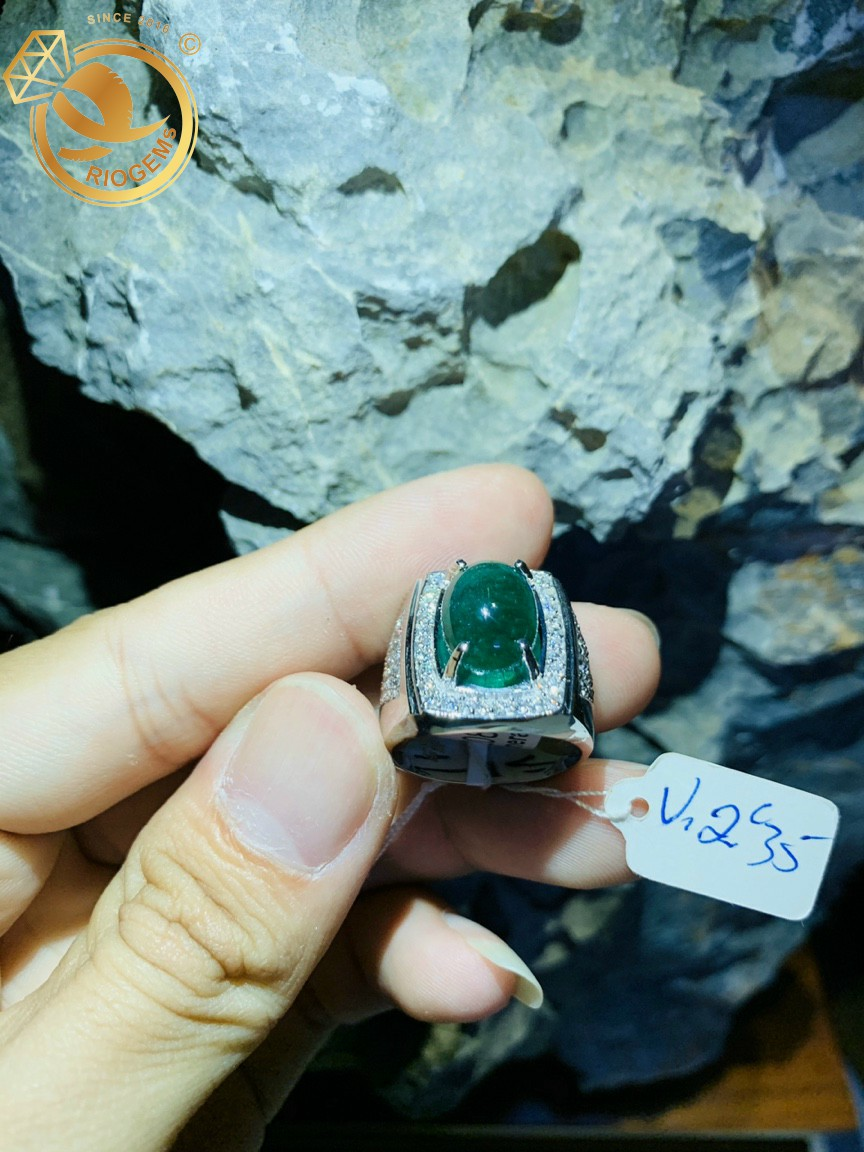 Nhan-nam-vang-trang-dinh-Ngoc-luc-bao-Emerald