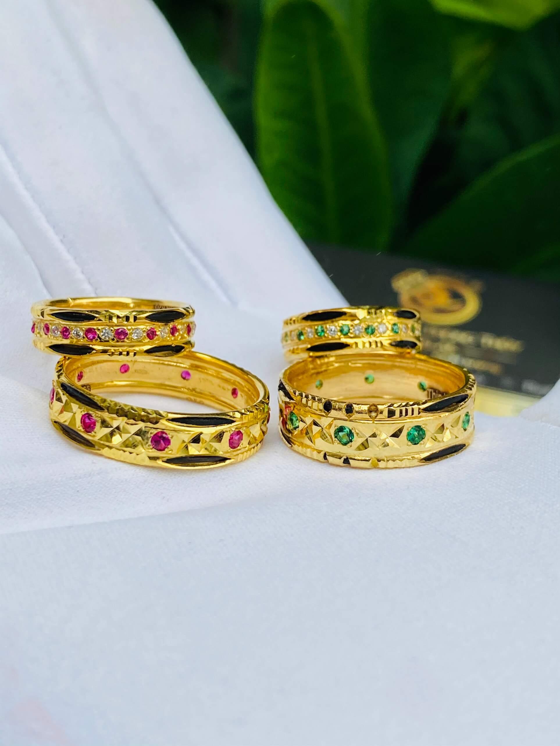 Hai cặp nhẫn vàng đính đá theo mệnh
