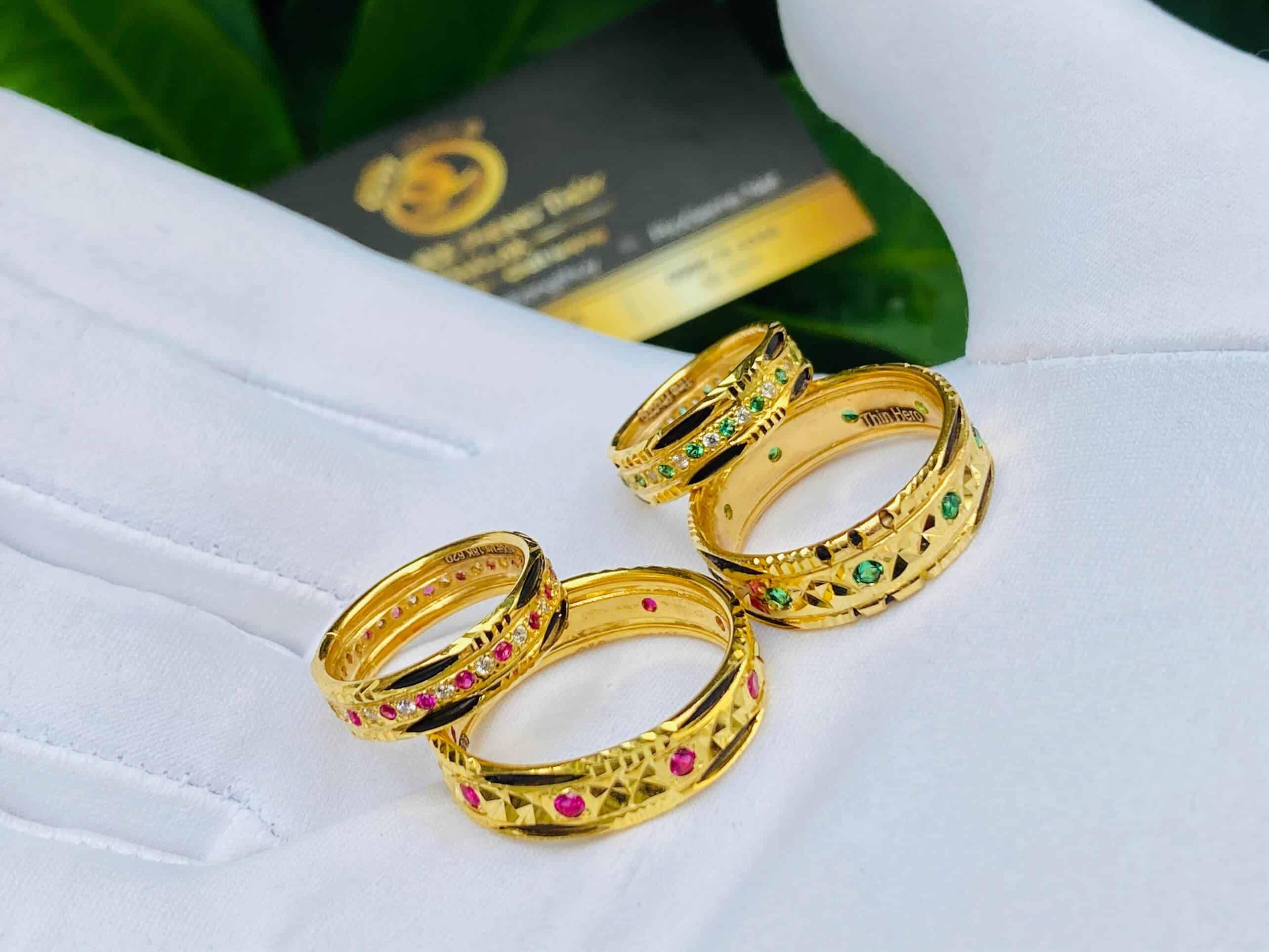 Hai cặp nhẫn lông đính đá theo mệnh