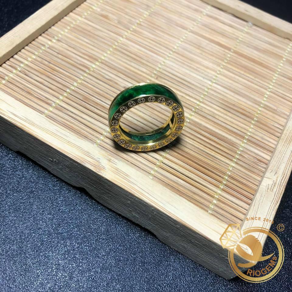 người đeo nhẫn ngọc bích có phong thái của bậc quân vương