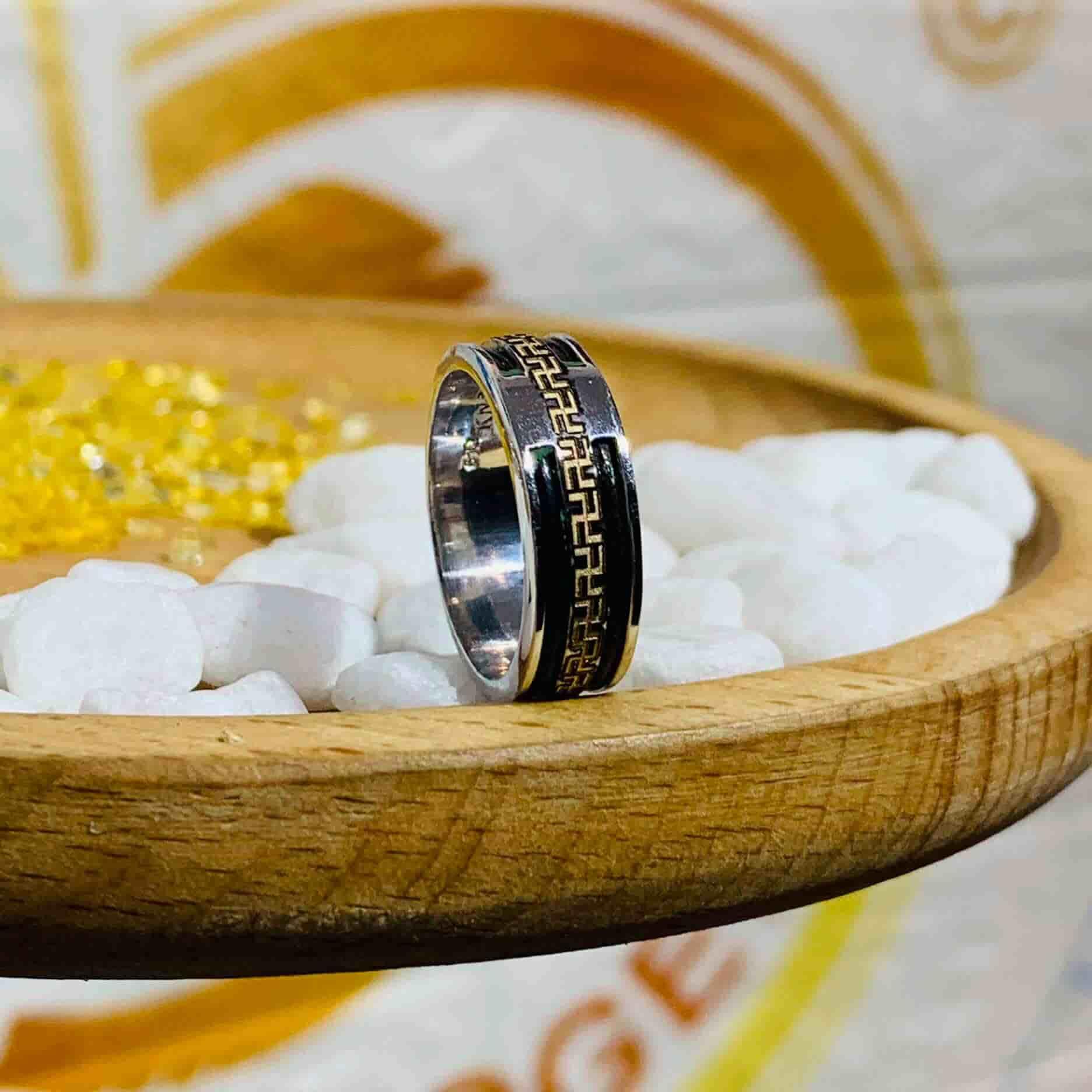 Nhẫn chữ Vạn vàng TRẮNG đeo ngón ÚT – ÁP ÚT