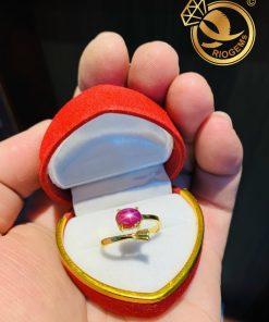 Nhẫn hở vàng 18K đính Ruby sao mini tôn tay người đeo
