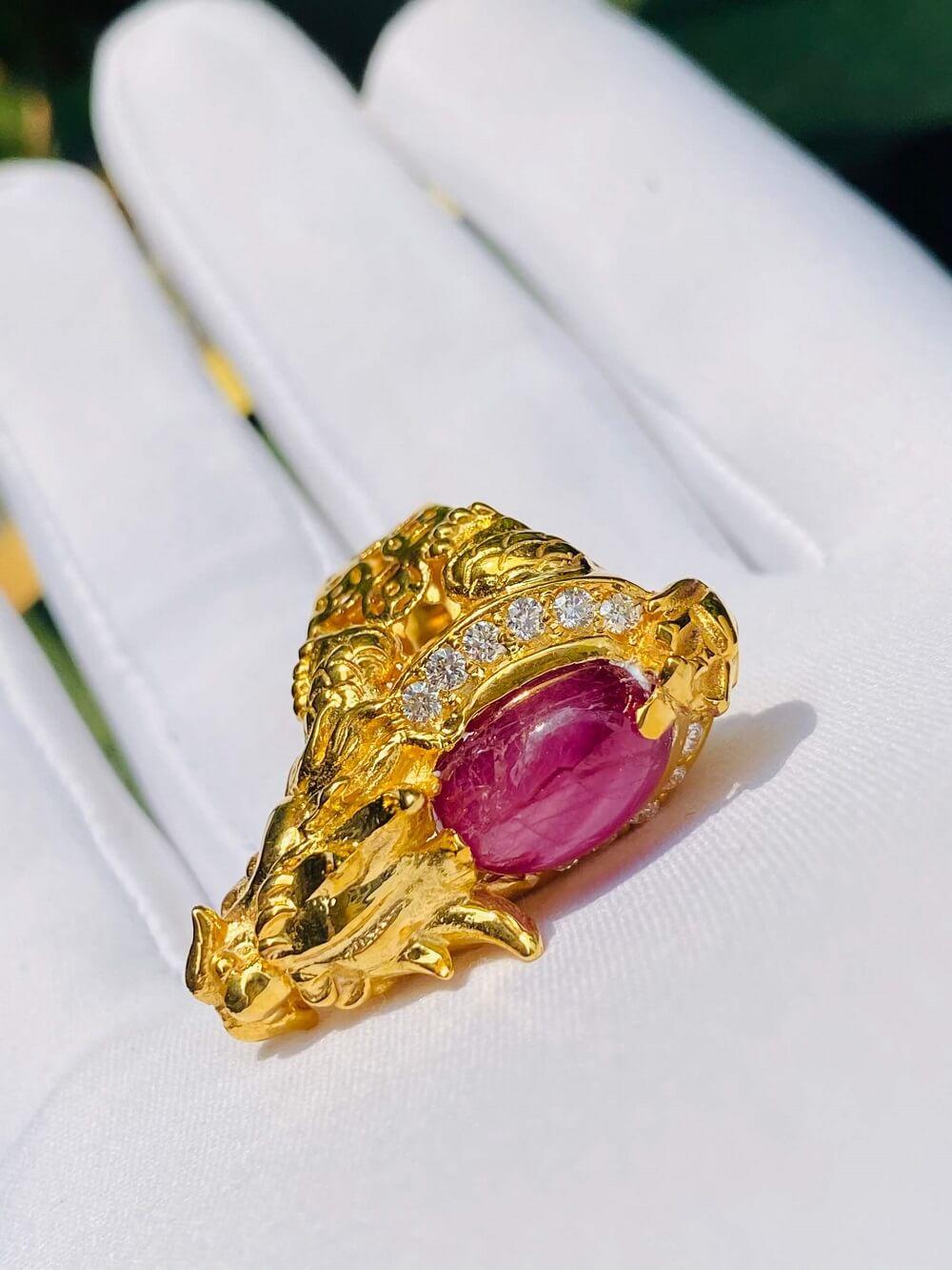 Nhẫn long quy MINI lưng Ruby sao viền 12 viên kim cương tấm 2li giá bao nhiêu
