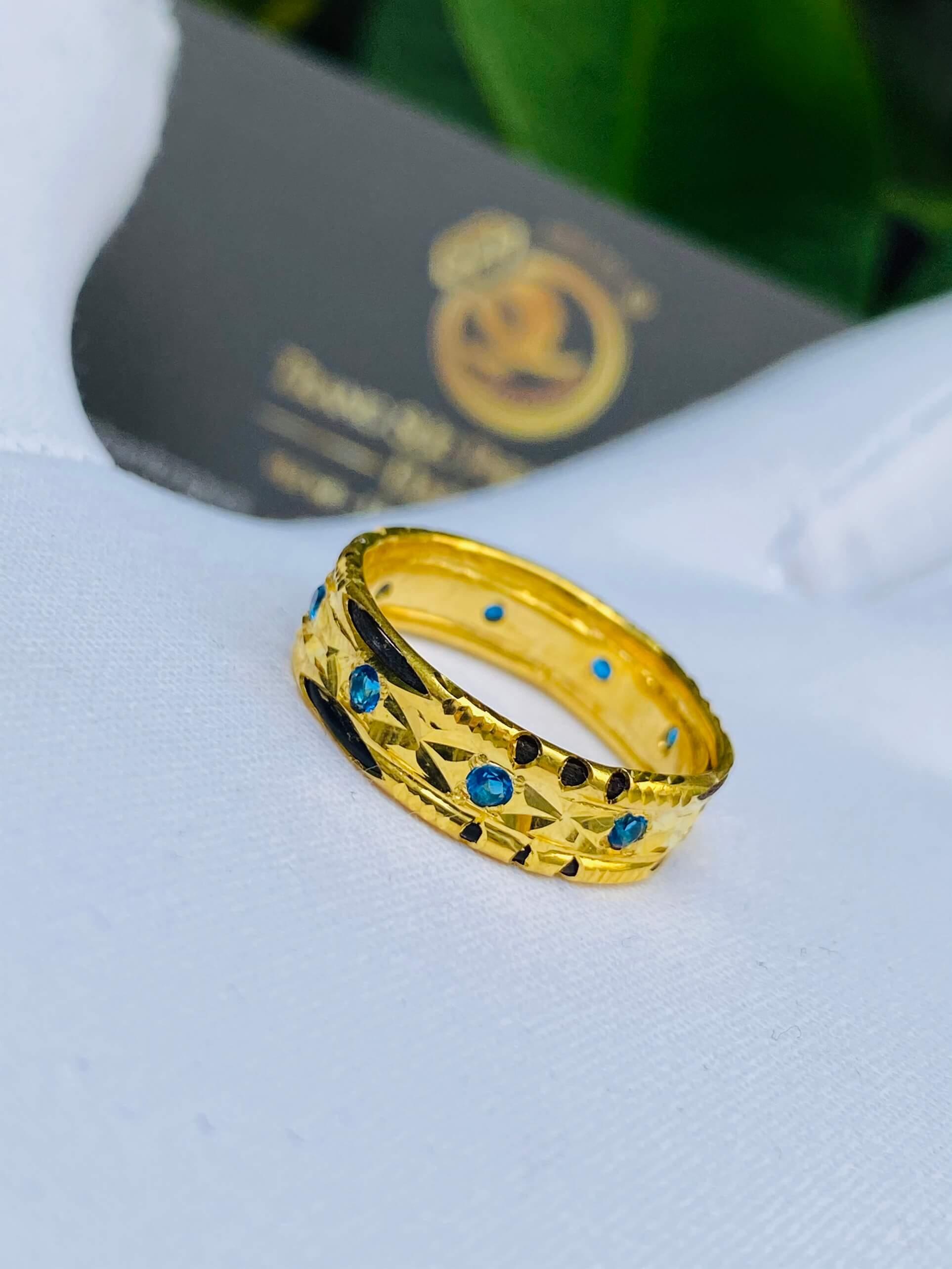 9 viên đá đính trên nhẫn tạo nên sự nổi bật