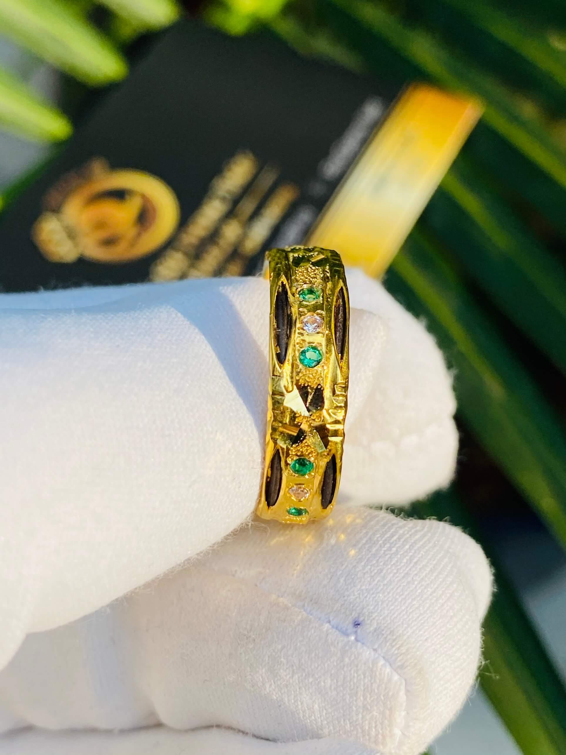 Nhẫn nam nữ đính đá tôn lên sự sang trọng cho người đeo