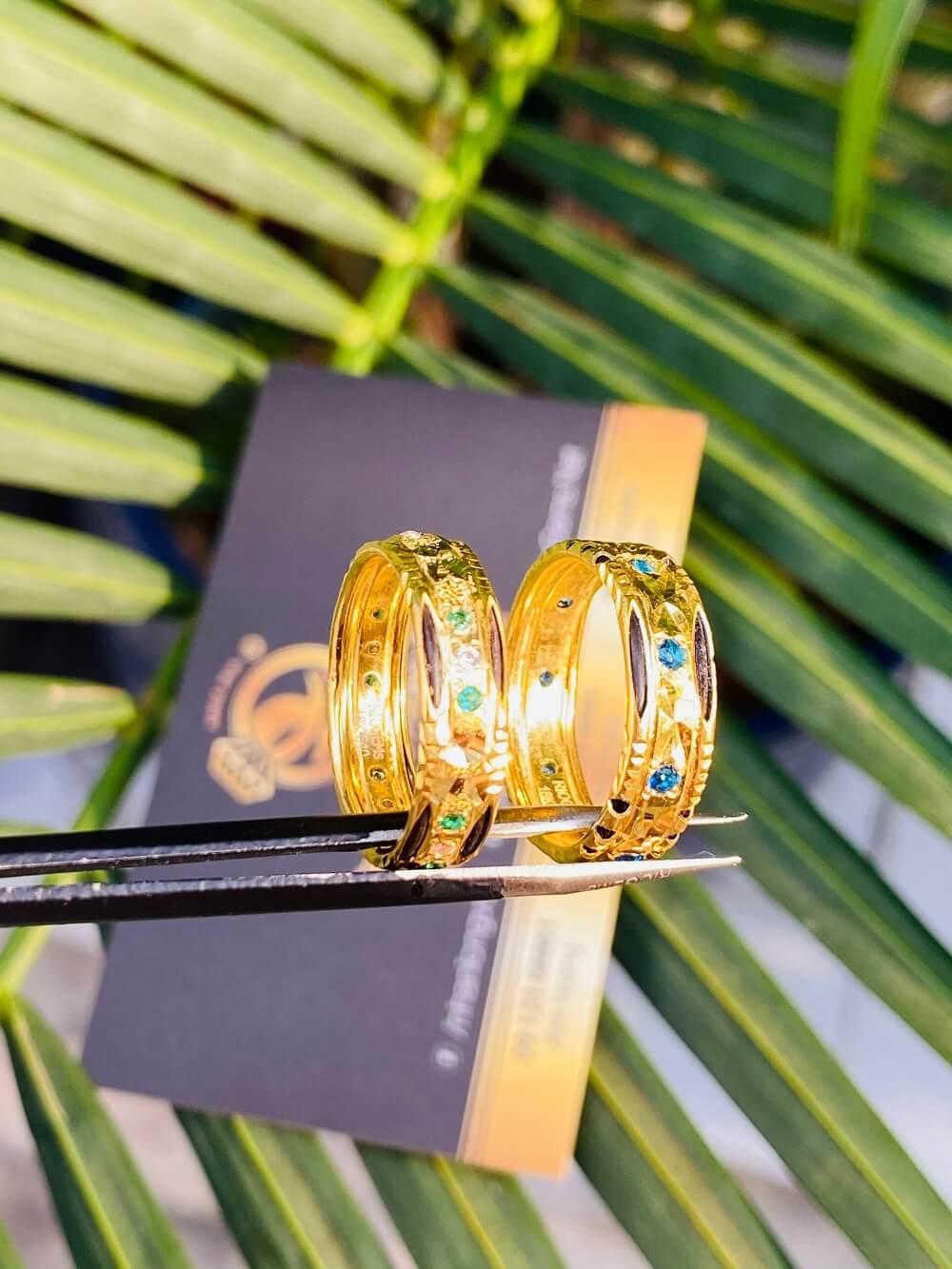 Cặp nhẫn cưới nam nữ phong thủy đính 9 đá 2 viền lông (Lông Fake) giá trị