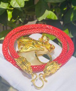 Dây chuyền da cá đuối đỏ sử dụng mặt dây chuyền hình Cọp vừa uy nghi, dũng mãnh vừa là biểu tượng của may mắn và bình an