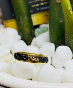 RIOGEMs hỗ trợ khắc tên theo yêu cầu khi khách hàng mua nhẫn lông voi vàng handmade V.I.P