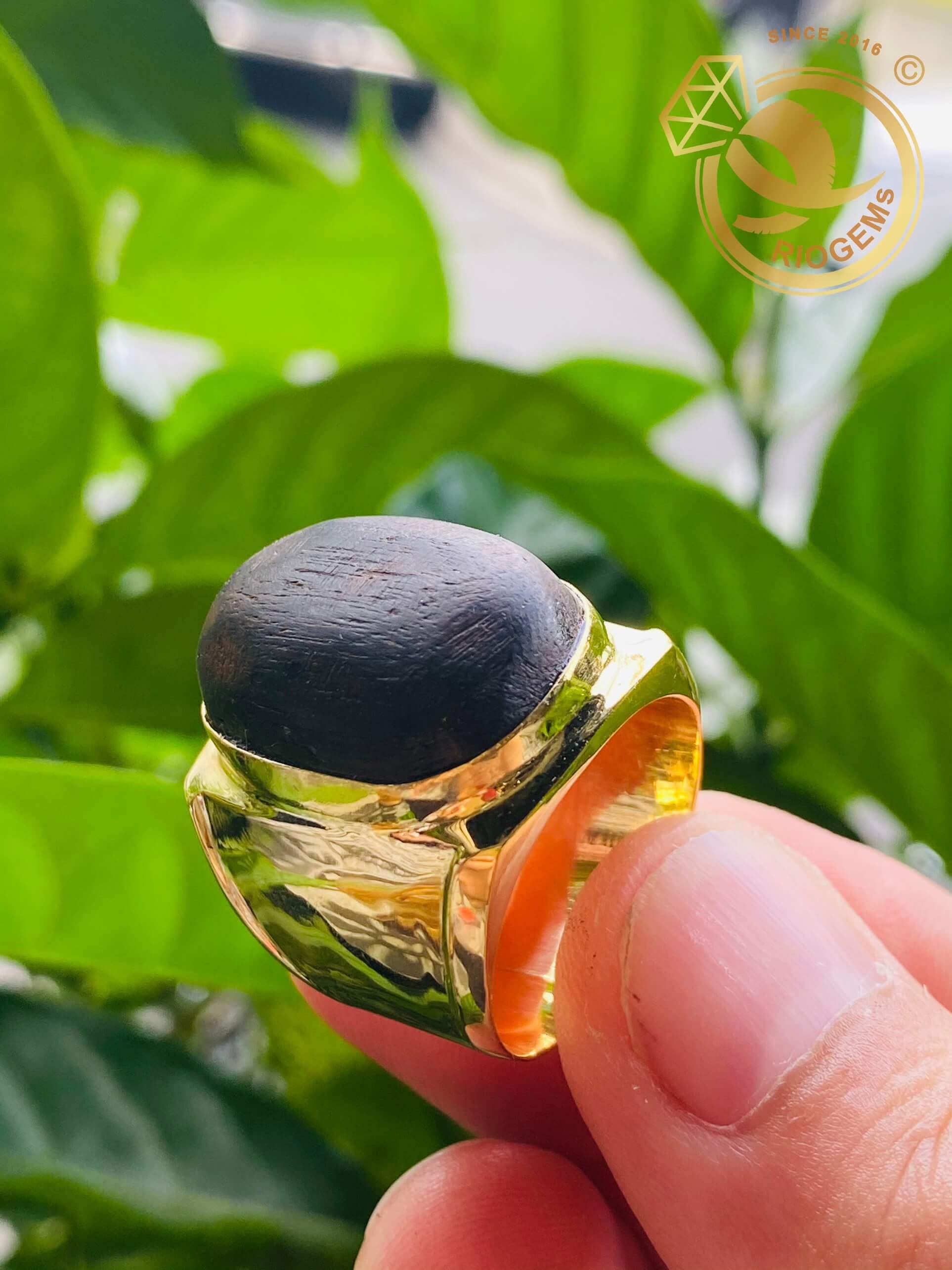 Nhẫn nam vàng 18k được làm từ gỗ trầm hương và vàng 18k610 cao cấp