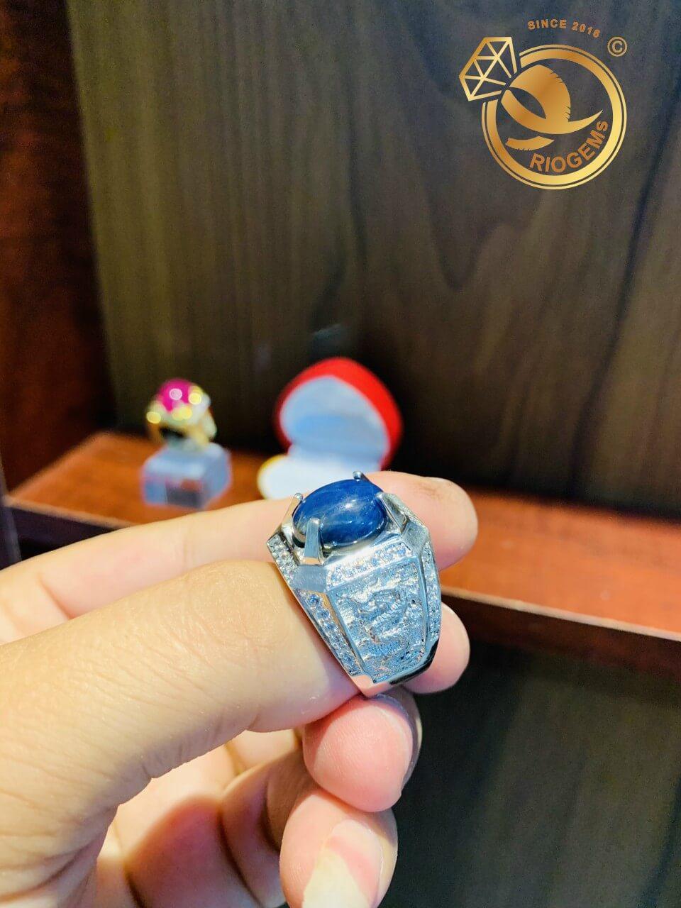 nhan nam vang trang 18k dinh da sapphire xanh duong hero phong thuy