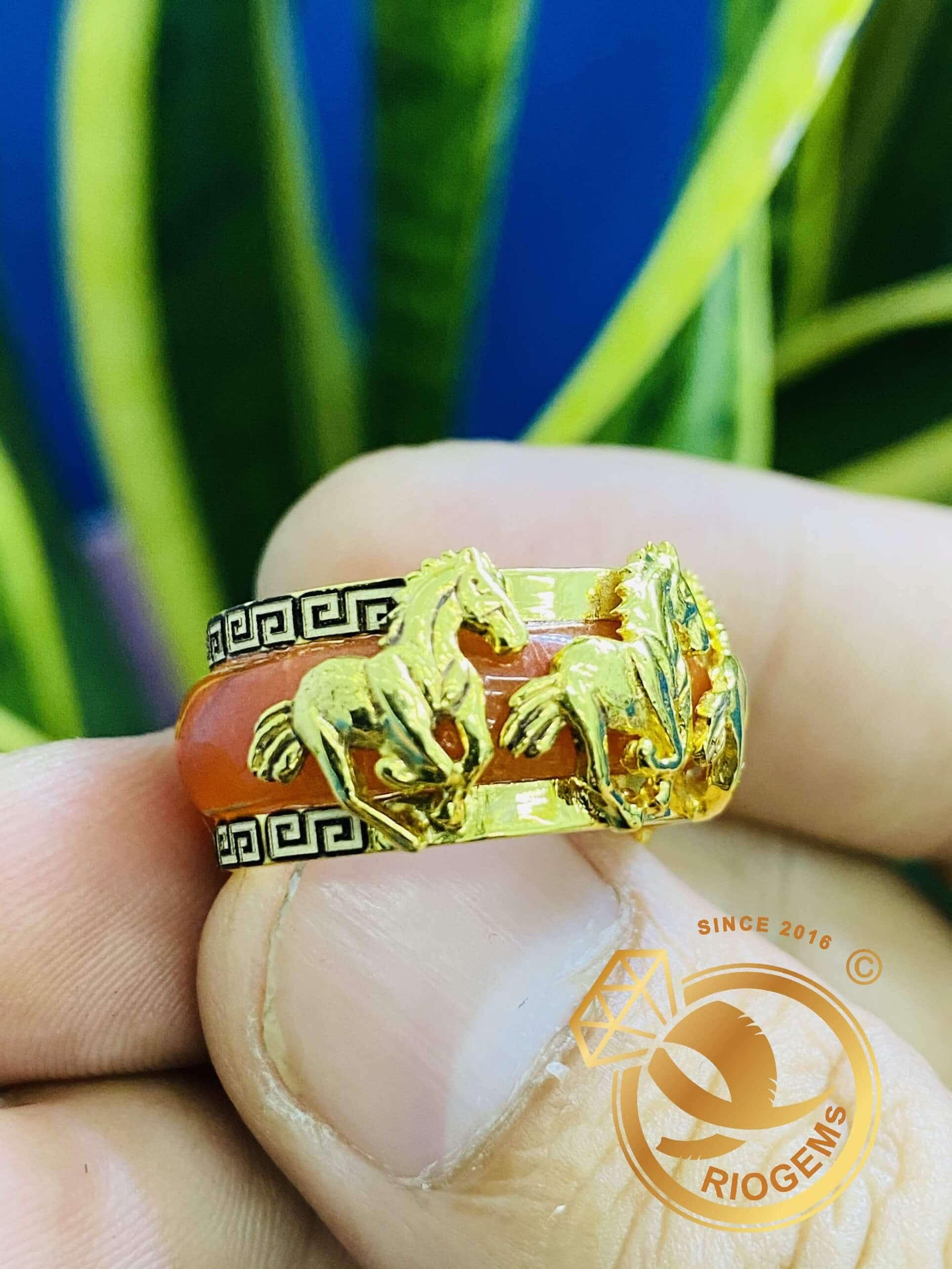 Nhẫn ngọc cẩm thạch huyết bọc vàng là món trang sức không thể thiếu của người thành đạt