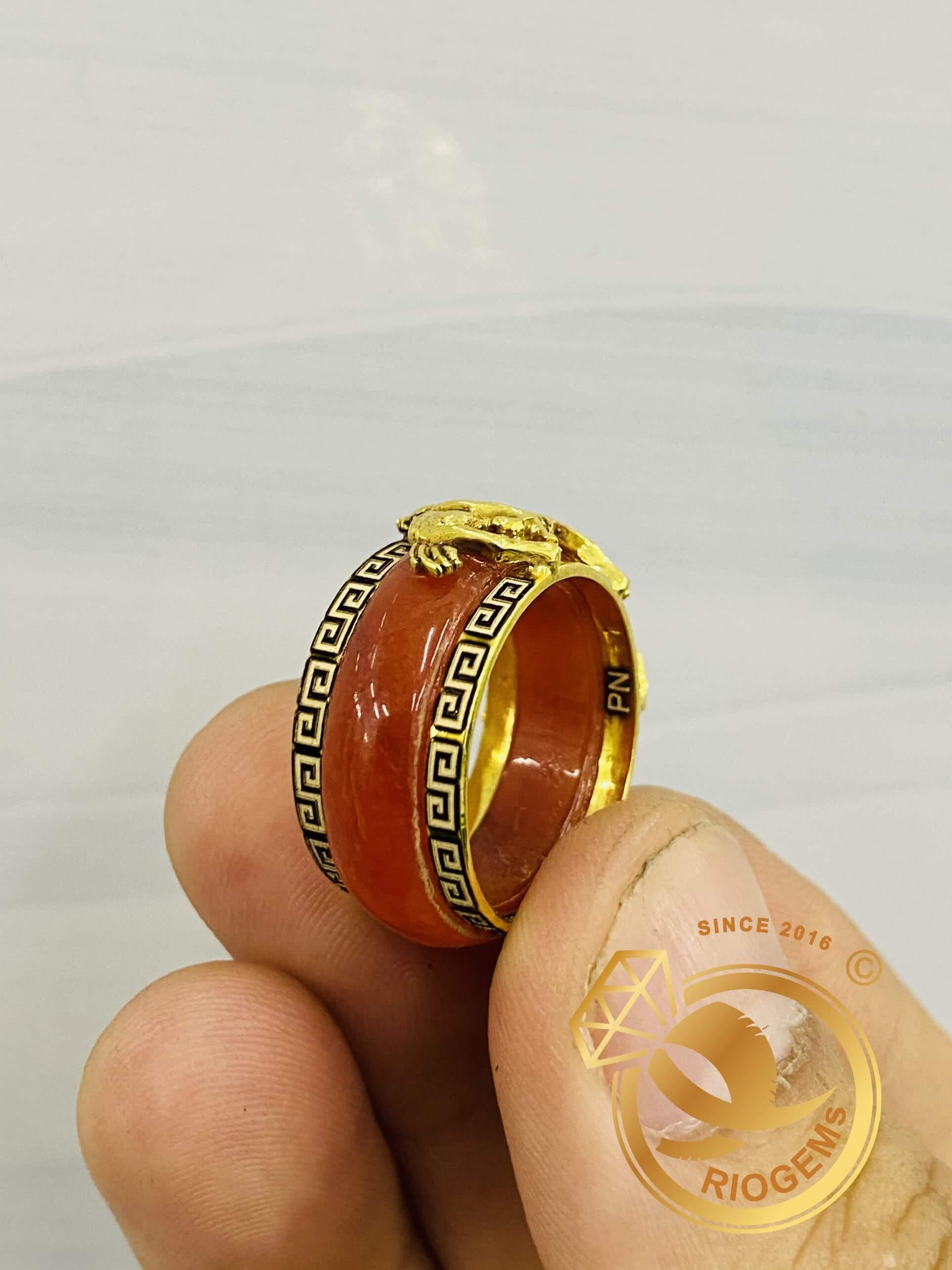 Nhẫn ngọc cẩm thạch huyết phù hợp với người tuổi ngọ