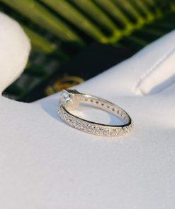 chất liệu kim cương và vàng trắng tôn lên giá trị của người đeo