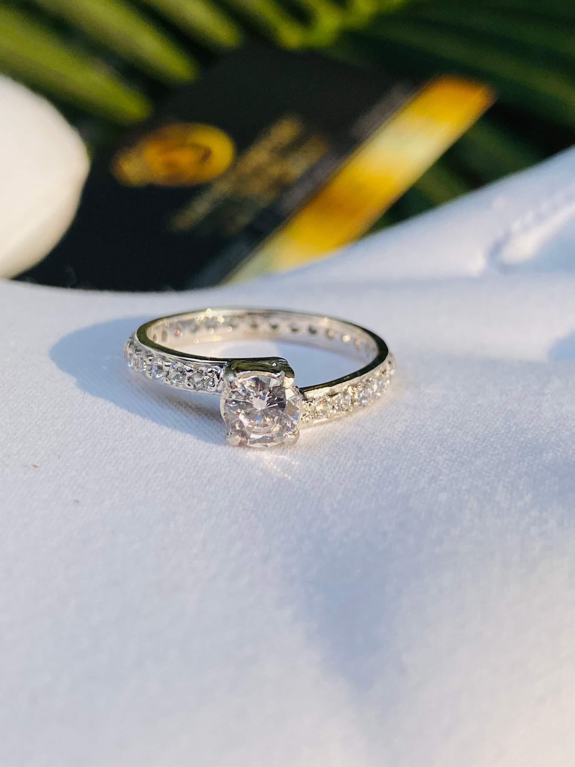 Nhẫn nữ chéo chạy tấm xoàn Moissanite 4li vàng trắng 18K là món trang sức tinh tế