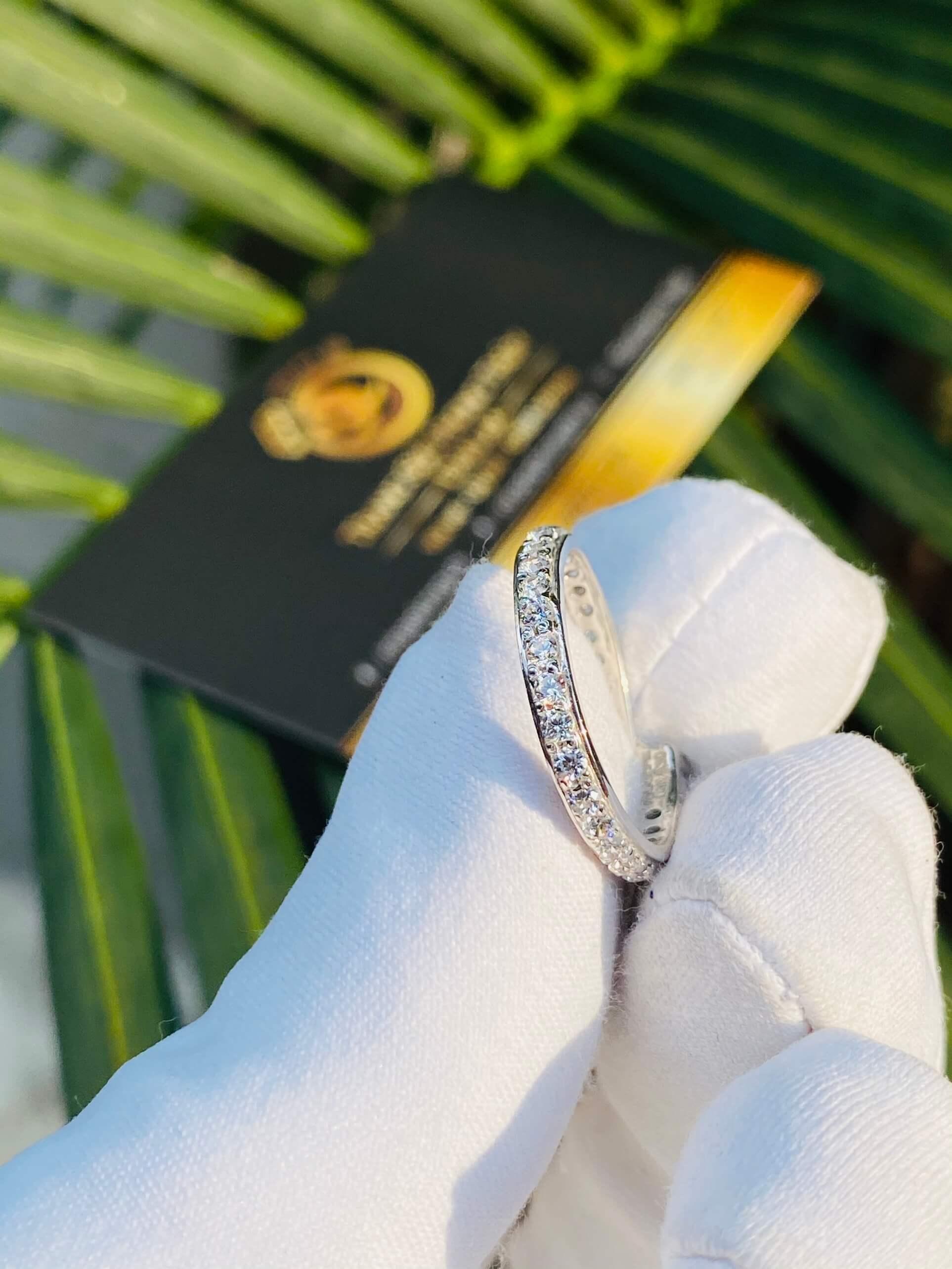 nhẫn được làm từ chất liệu vàng trắng có đính kim cương