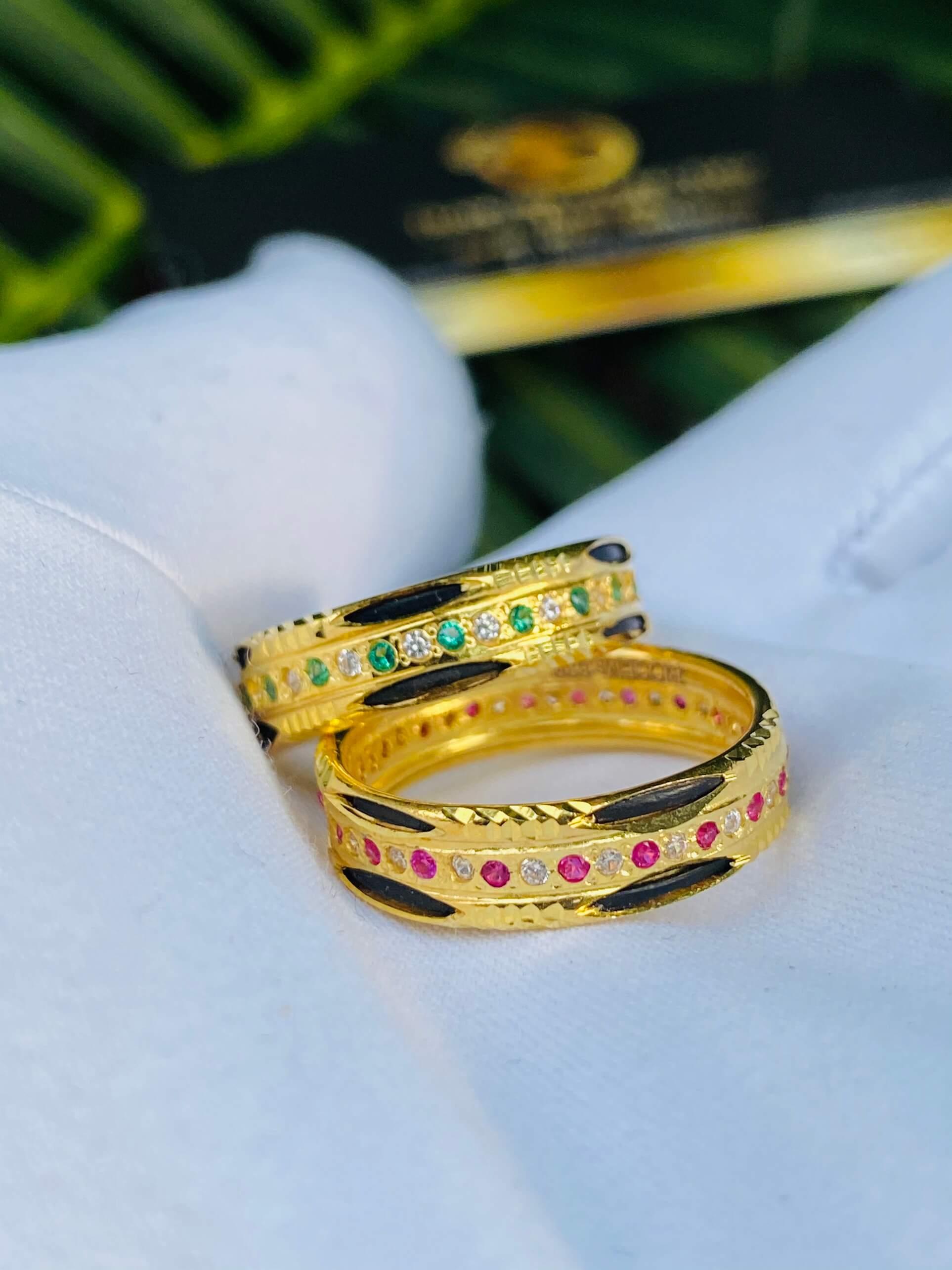 Nhẫn vàng luồng 2 Lông Voi đính đá không kén tay người đeo