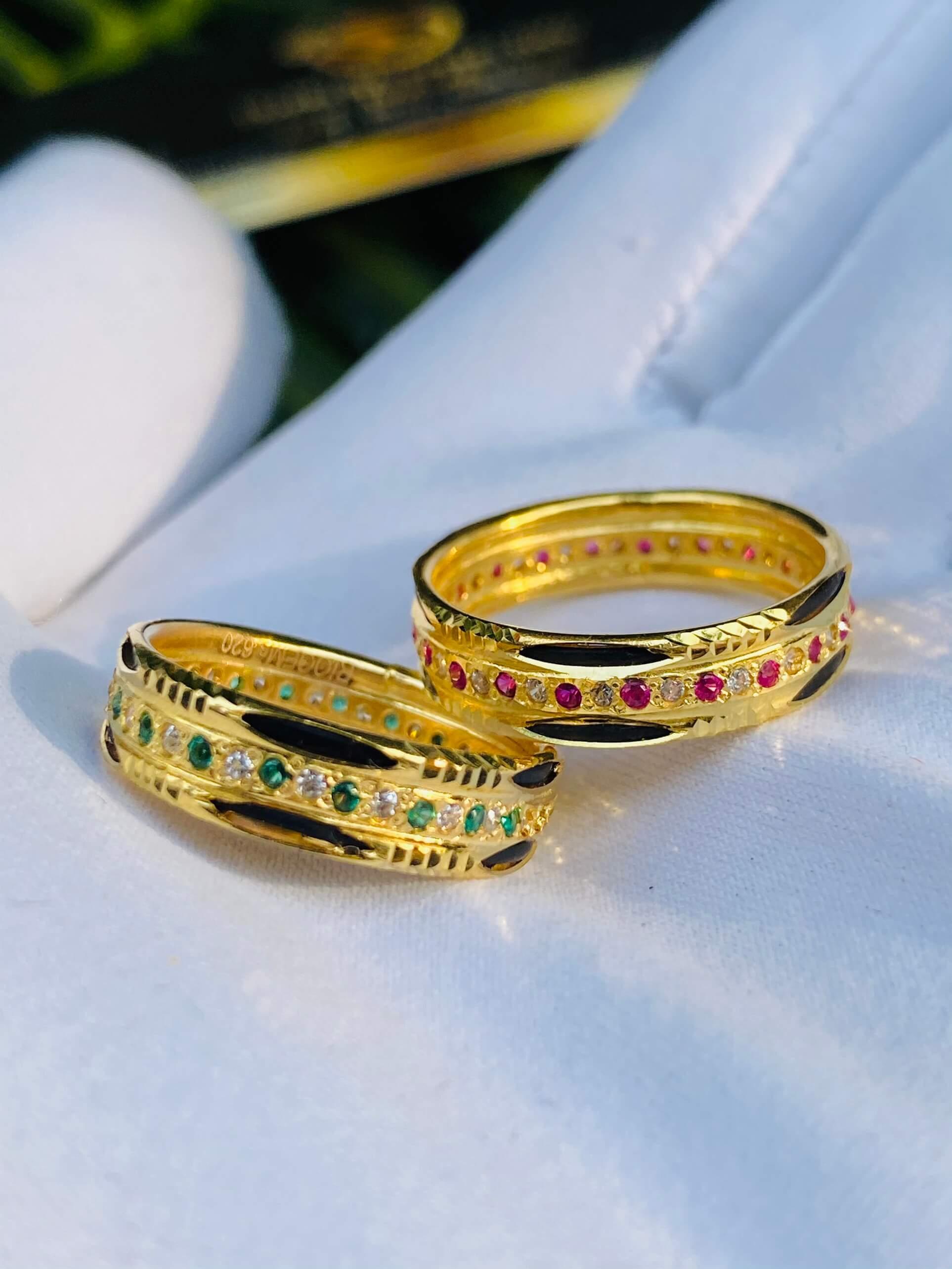 Nhẫn vàng luồng 2 Lông Voi 1 hàng đá tấm trắng quý giá