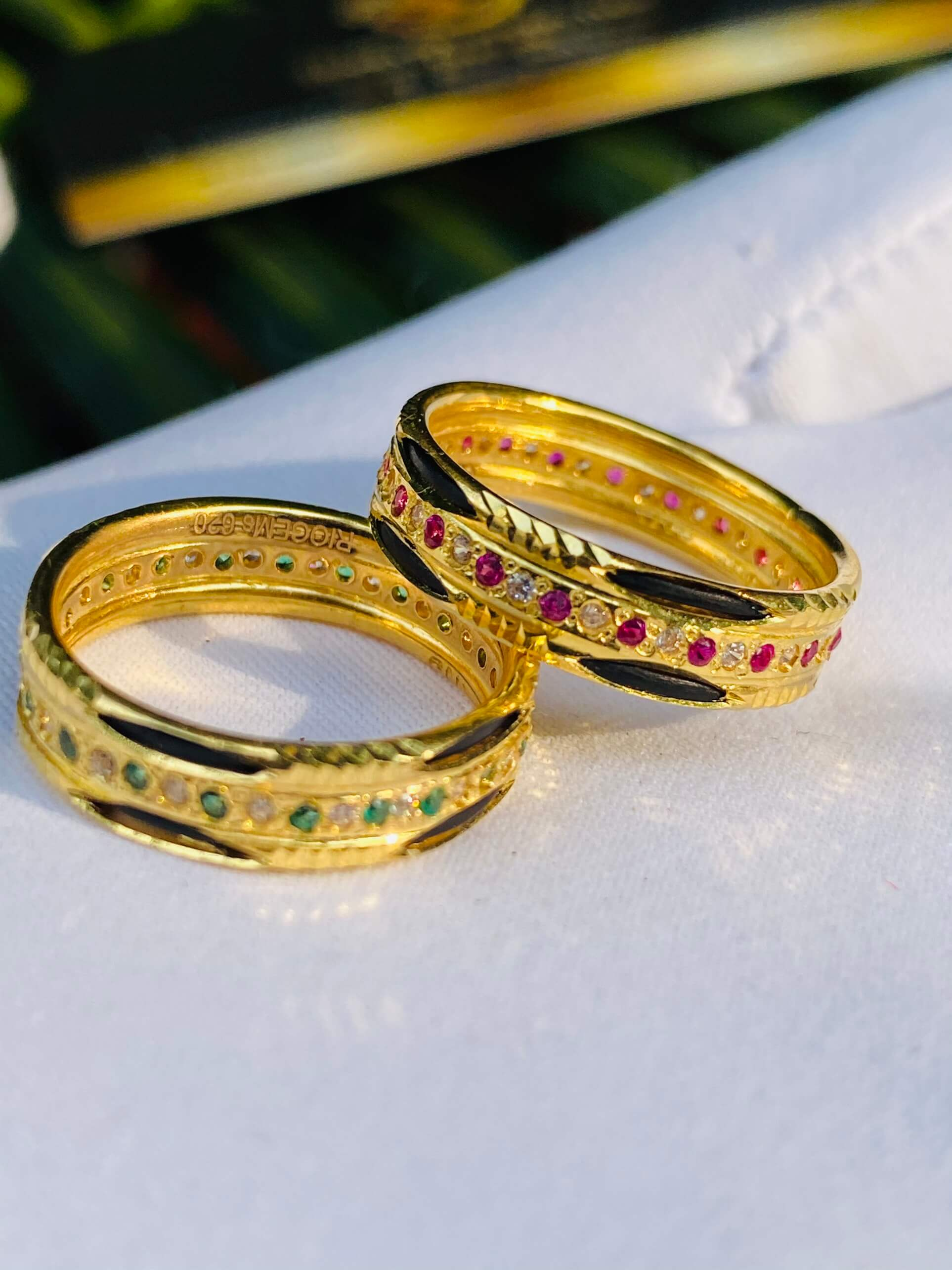 Nhẫn vàng luồng 2 Lông Voi 1 hàng đá tấm trắng xen kẽ