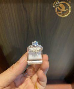 Nhẫn vàng trắng đính kim cương chậu cao giúp nâng niu đôi tay phái đẹp