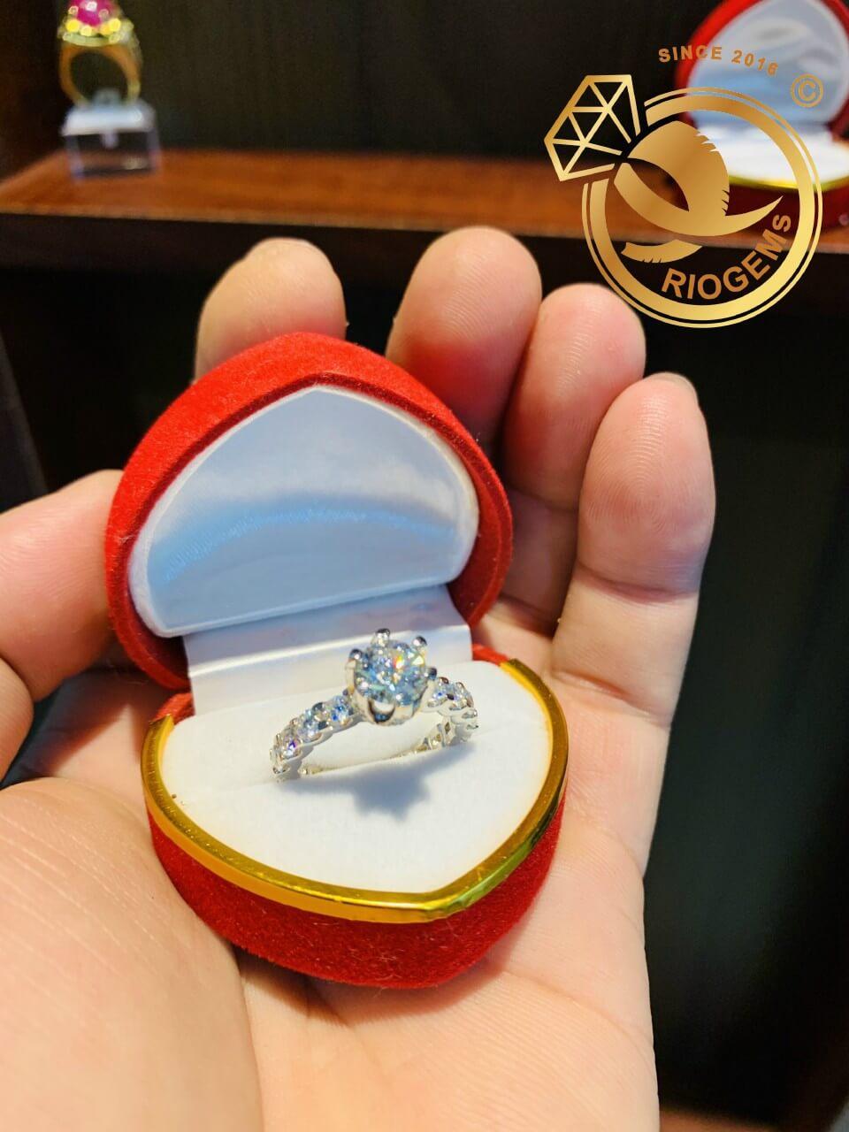 Nhẫn vàng trắng đính kim cương Moissanite - Món quà tượng trưng cho tình yêu và may mắn dành cho nàng