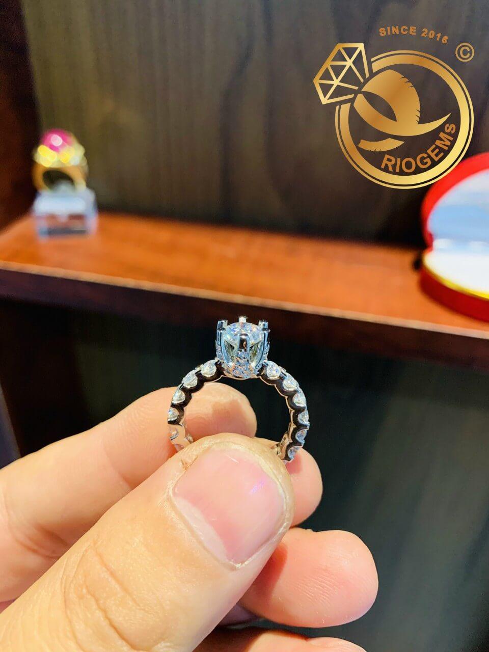 Nhẫn vàng trắng đính kim cương phù hợp với nữ mệnh Kim - Thủy