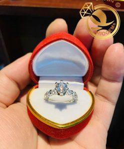 Nhẫn vàng trắng đính kim cương Moissanite 6,8ly tấm 3ly RIOGEMs cao cấp dành cho nữ