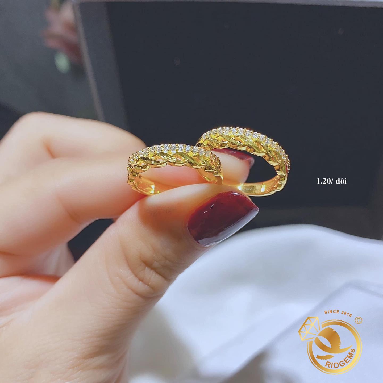 Nhẫn cưới vàng 18K xoắn phối hàng đá tấm