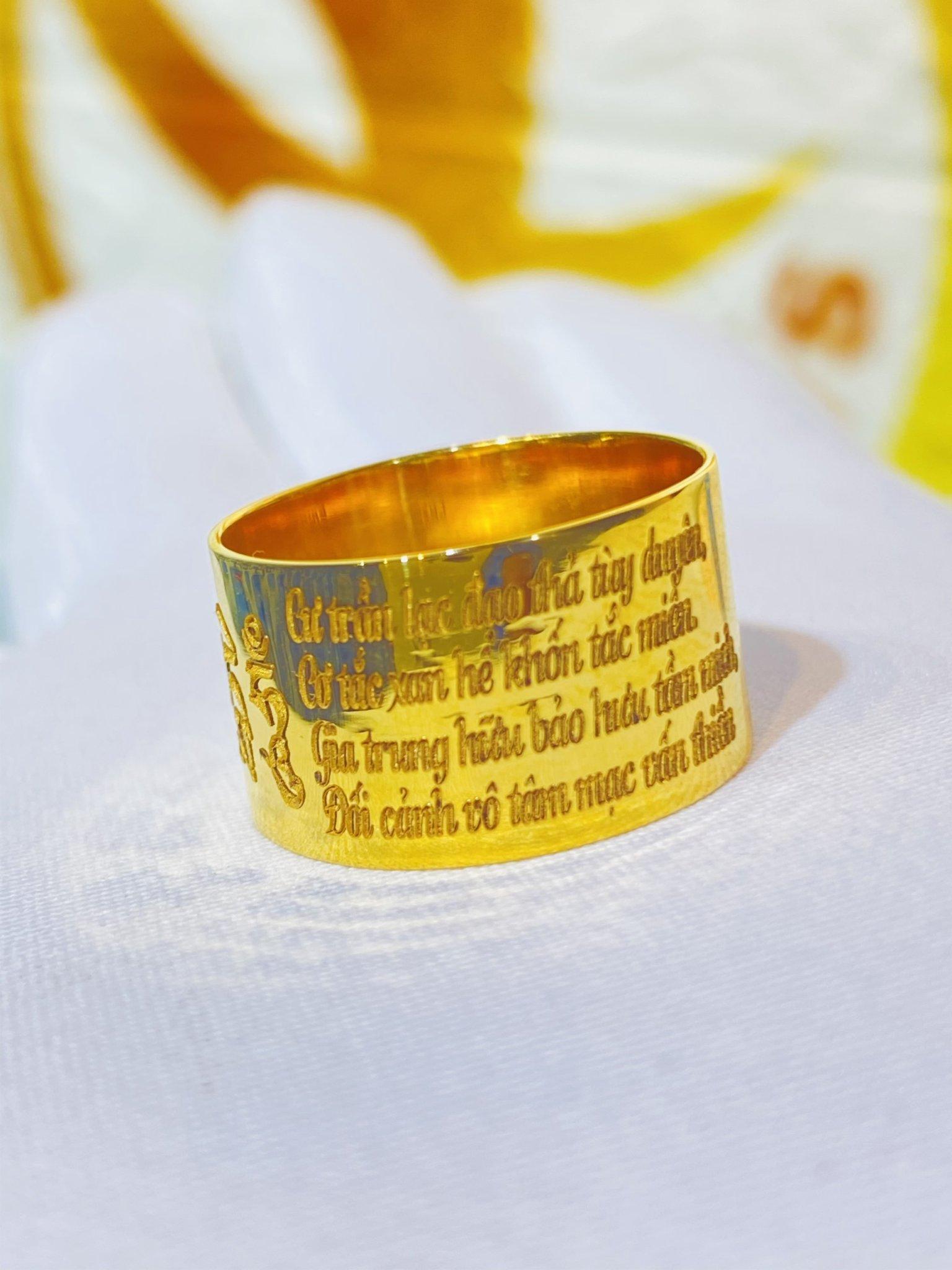 Nhẫn nam vàng 18k khắc om mani padme hum – lục tự đại minh chú bảng 10ly Riogems