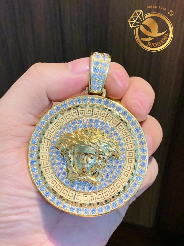 Mặt dây chuyền nam Versacev vàng 18k đính viền kim cương Moissanite